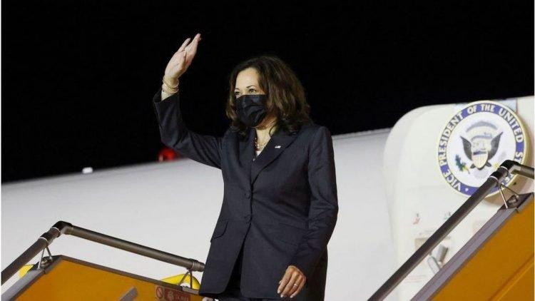 La vicepresidenta Kamala Harris arriba a Hanoi en la madrugada del martes. | Foto: Getty