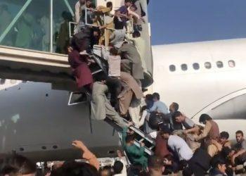 Decenas de afganos intentan lograr un espacio en un avión en el aeropuerto de Kabul en fuga de los talibanes. | Foto:  AFP/France 24