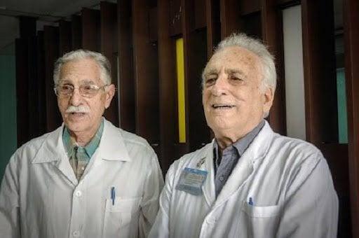 Los doctores Reynaldo Mañalich Comas (izq) y Charles Magrans Buch (der), prominentes figuras de la Nefrología cubana, fallecidos como consecuencia de la COVID-19. Foto: Cubadebate.
