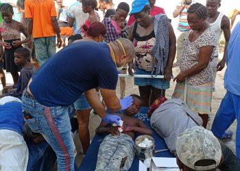 Miembros de la brigada médica cubana en Haití atienden a lesionados por el terremoto de magnitud 7,2 ocurrido en el país caribeño el 14 de agosto de 2021. Foto: Brigada médica cubana en Haití vía Centro de Prensa Internacional (CPI) de Cuba.