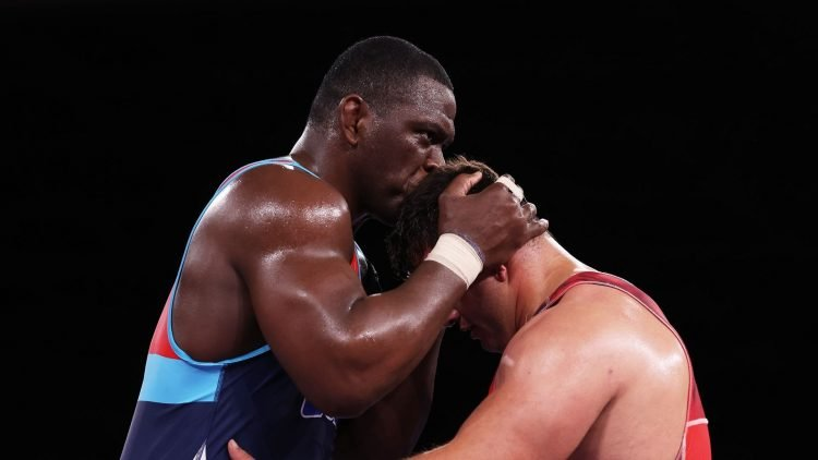 """""""El beso es para recordarle que yo soy su papá"""", dijo Mijaín López tras ganarle al turco Riza Kayaalp, quien no ha podido derrotarlo en tres Juegos Olímpicos. Foto: Getty Images."""
