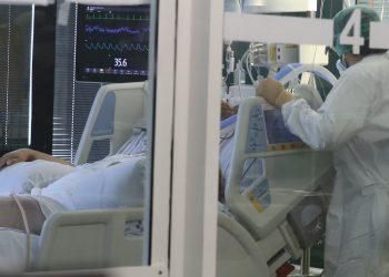 Profesionales de la unidad de críticos complejo hospitalario Insular Materno Infantil de Las Palmas de Gran Canaria atienden a un paciente de COVID-19. Foto: Elvira Urquijo A /Efe.