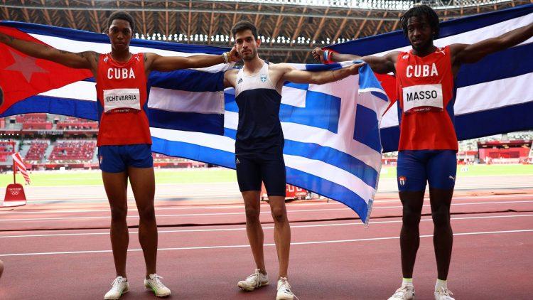 El griego Miltiadis Tentoglou arrebató en el último salto la medalla de oro a Juan Miguel Echevarría en el salto de longitud de los Juegos Olímpicos de Tokio. Foto: Reuters.