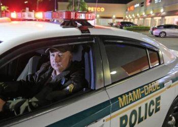 Un policía del condado Miami-Dade patrulla las calles. | WLRN