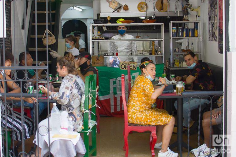 Personas en un restaurante privado en La Habana durante la desescalada de fines de 2020. Foto: Otmaro Rodríguez / Archivo OnCuba.