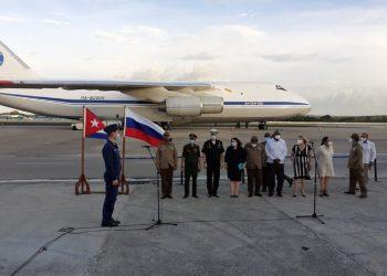 Avión con ayuda humanitaria de Rusia a Cuba. Foto: EmbRusCuba/Twitter.