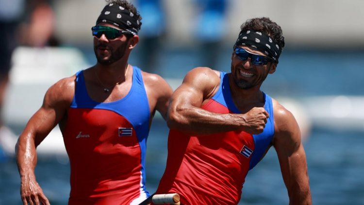 Serguey Torres (al frente) y Fernando Dayàn Jorge ganaron la primera medalla de oro del canotaje cubano en ls historia de los Juegos Olìmpicos. Foto: Yara Nardi/Reuters.