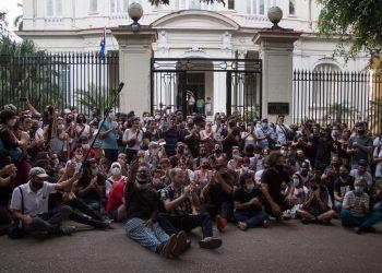 Artistas y activistas frente a la sede del Mincult el 27 de noviembre de 2020. Foto: Ismael Francisco / AP.