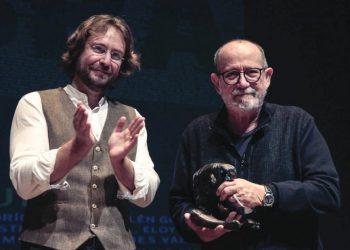 El responsable del Club Cultural Leteo, Rafael Saravia, entregó el Premio Leteo a Silvio Rodríguez. Foto: LeónNoticias
