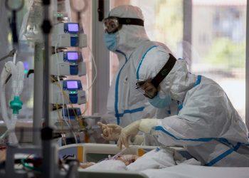 Dos enfermeras atienden a un paciente de COVID-19 en la unidad de cuidados intensivos del hospital Virgen de la Arrixaca, en Murcia, España. Foto: Marcial Guillén / EFE / Archivo.te de COVID-19 en la unidad de cuidados intensivos de un hospital en Murcia, España. Foto: Marcial Guillén / EFE / Archivo.