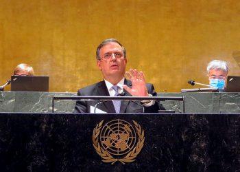 Fotografía cedida por la Secretaría de Relaciones Exteriores (SRE), donde aparece el canciller mexicano, Marcelo Ebrard, durante su intervención en la Organización de las Naciones Unidas (ONU), en Nueva York (Estados Unidos). Foto: EFE/ Secretaría de Relaciones Exteriores.