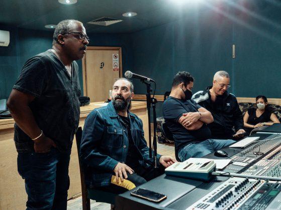 El director de la Aragón, Rafael Lay (h), junto a otros músicos durante la grabación del disco. Foto: Salsa y Timba.
