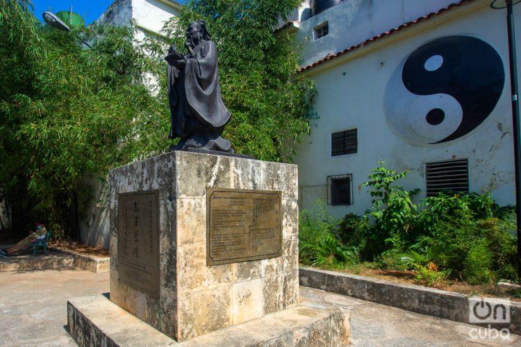 Monumento a Confucio en el Barrio Chino de La Habana. Foto: Otmaro Rodríguez
