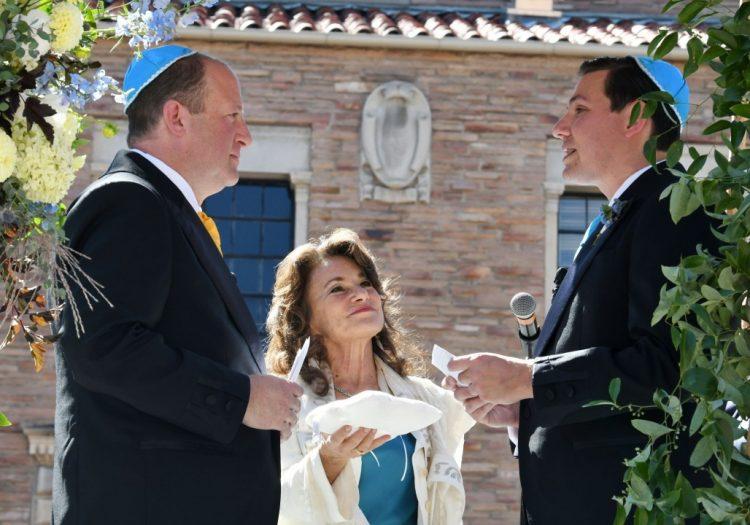 El gobernador de Colorado, Jared Polis (izquierda) y su pareja Marlon Reis durante la ceremonia de su boda el miércoles 15 de septiembre de 2021 en Boulder. Foto: AP.