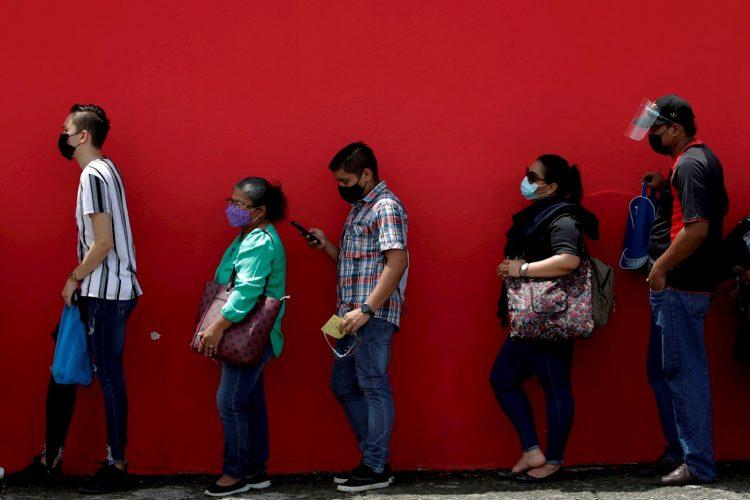 Un grupo de personas en fila antes de ser vacunados contra la COVID-19, en el estacionamiento del estadio Rommel Fernández, en Ciudad de Panamá (Panamá). Foto: EFE/Bienvenido Velasco/Archivo.