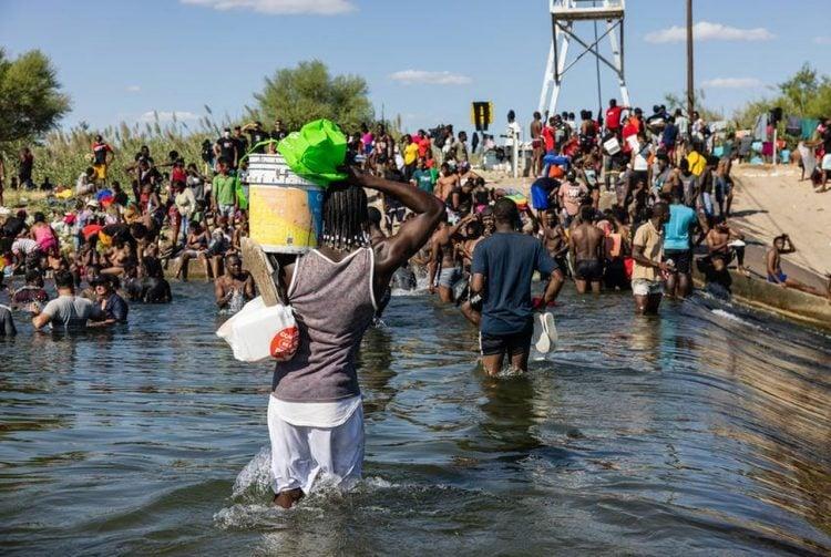 Un grupo de haitianos fuerza su ingreso a Estados Unidos. | Foto: AP
