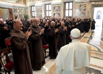 Francisco ante los participantes en el Capítulo General de la Orden de los Frailes Carmelitas Descalzos recibidos en audiencia en el Vaticano. Foto: Efe.