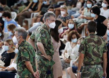 El almirante Gouveia e Melo (al centro) junto a parte de su grupo de apoio en una reunion con médicos y enfermeros participantes en las vacunaciones. Foto: Armando França / AP.
