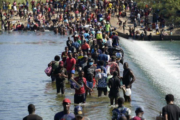 Los migrantes haitianos usan una presa para cruzar a Estados Unidos desde México el viernes 17 de septiembre de 2021 en Del Río, Texas. Foto: Eric Gay/AP.