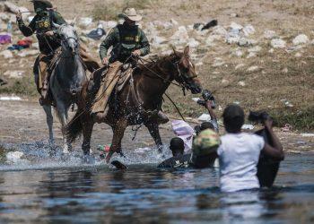 Agentes fronterizos intentan contener a migrantes haitiaos mientras cruzan el Río Grande desde Ciudad Acuña, México, hacia Del Río, Texas, el domingo 19 de septiembre de 2021. Foto: Félix Márquez/AP.