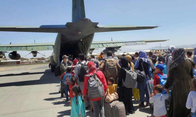 Afganos abandonando la capital en un C-17. Foto: The Guardian.