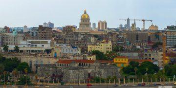 El Capitolio Nacional y otras edificaciones vistas desde en Cristo de La Habana, al que se puede acceder en la lanchita que atraviesa la había habanera. Foto: Otmaro Rodríguez.