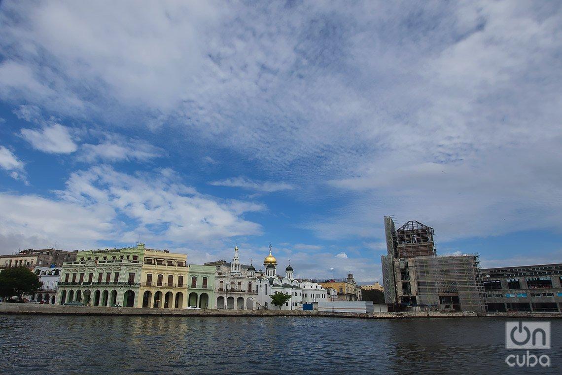 Vista desde la lanchita, en el mar, del Hotel Armadores de Santander (izq) y la iglesia ortodoxa rusa (der), en La Habana. Foto: Otmaro Rodríguez.