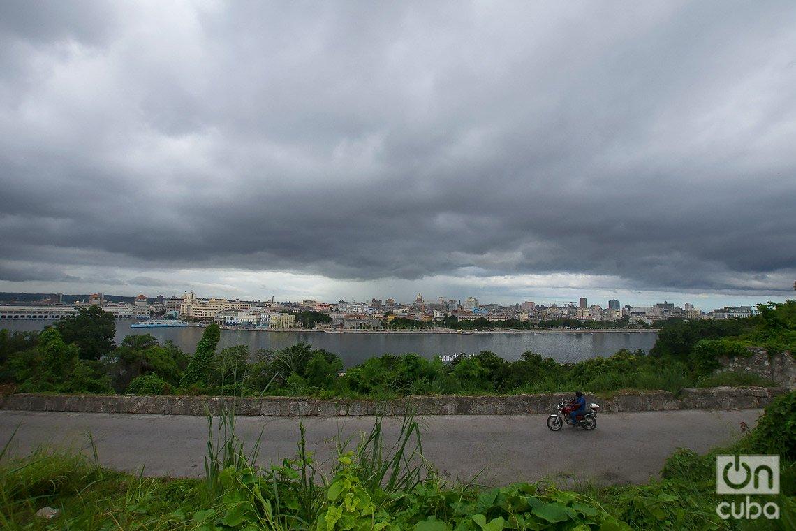 Motociclista transita por la carretera de La Cabaña, en La Habana, del lado este de la bahía. Foto: Otmaro Rodríguez.