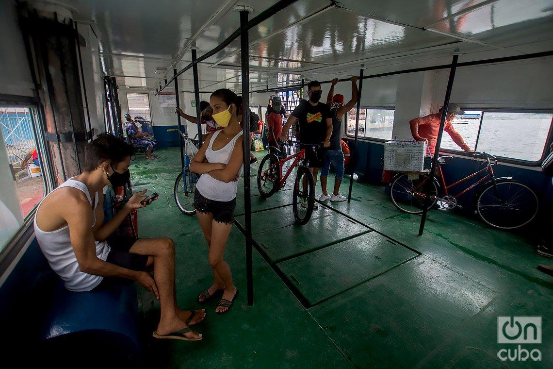 Pasajeros en el interior de la lanchita que realiza en recorrido entre La Habana y los poblados de Casablanca y Regla. Foto: Otmaro Rodríguez.