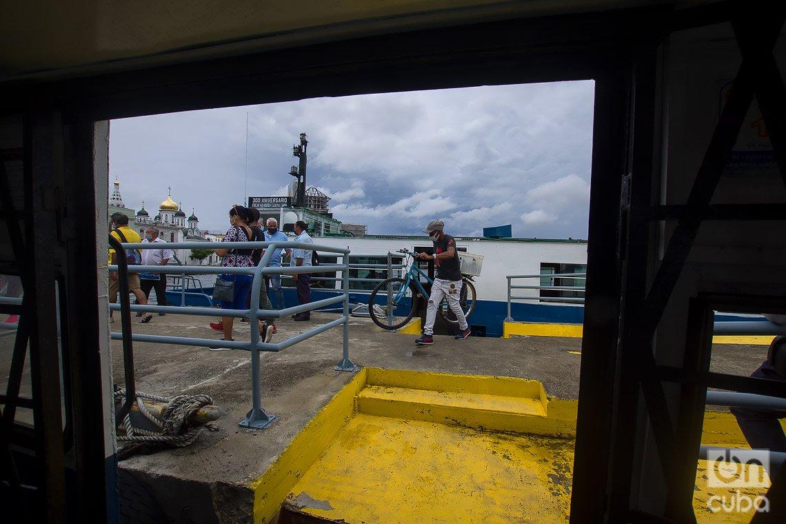 Personas procedentes de Regla llegan en la lanchita al Emboque de Luz, en La Habana. Foto: Otmaro Rodríguez.