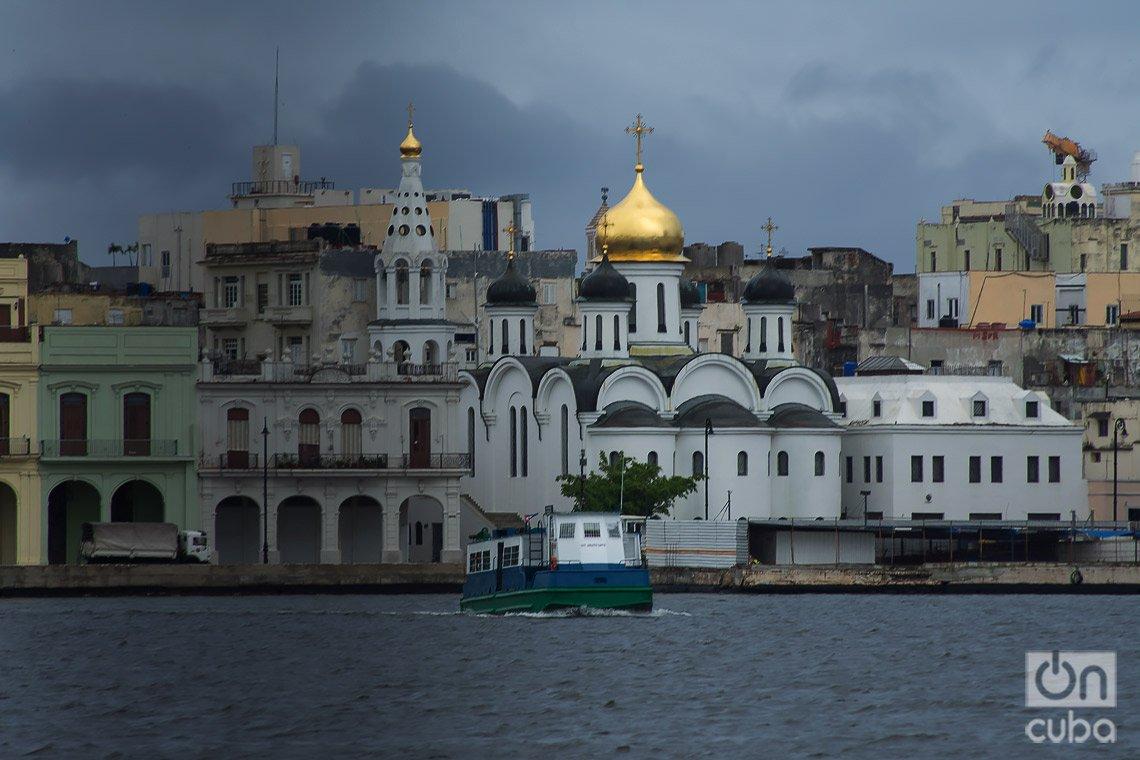 La lanchita de Regla en su recorrido por la bahía de La Habana. Detrás, la iglesia ortodoxa rusa de la capital cubana. Foto: Otmaro Rodríguez.