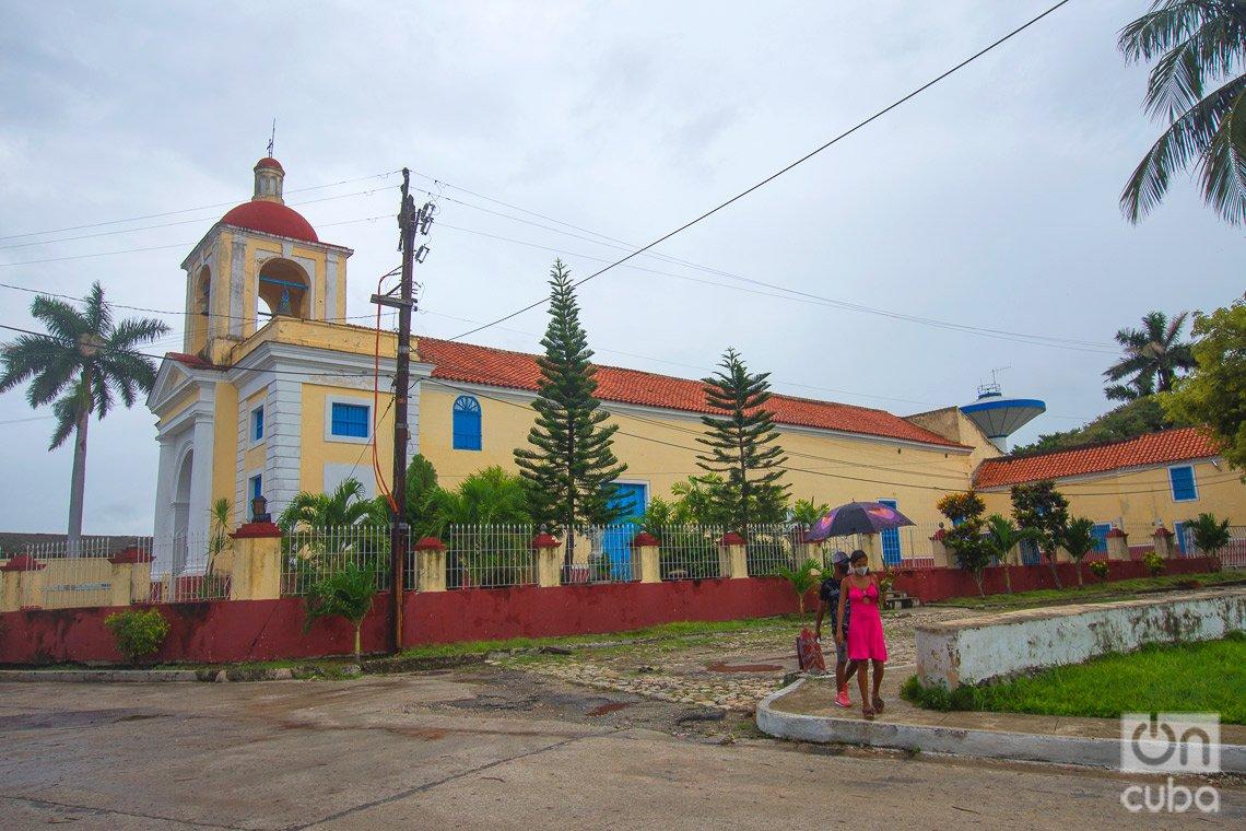 Iglesia de La Virgen de Regla, en La Habana, a la que se puede acceder a través de la lanchita que atraviesa la bahía habanera. Foto: Otmaro Rodríguez.