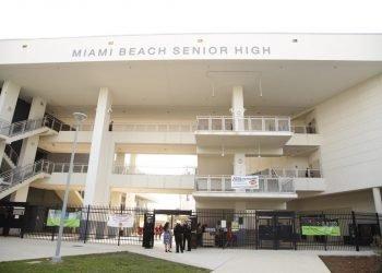Imagen de la entrada de la escuela secundaria de Miami-Beach. Foto: Twitter / Archivo.