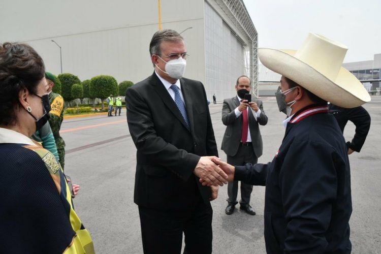 El canciller Marcelo Ebrard recibe al presidente de Perú, Pedro Castillo Terrones, quien asistirá a la VI Cumbre de la Celac.Foto: Twitter @SRE_mx.