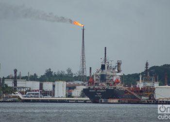Vista de un barco petrolero en la bahía de La Habana. Foto: Otmaro Rodríguez / Archivo OnCuba.