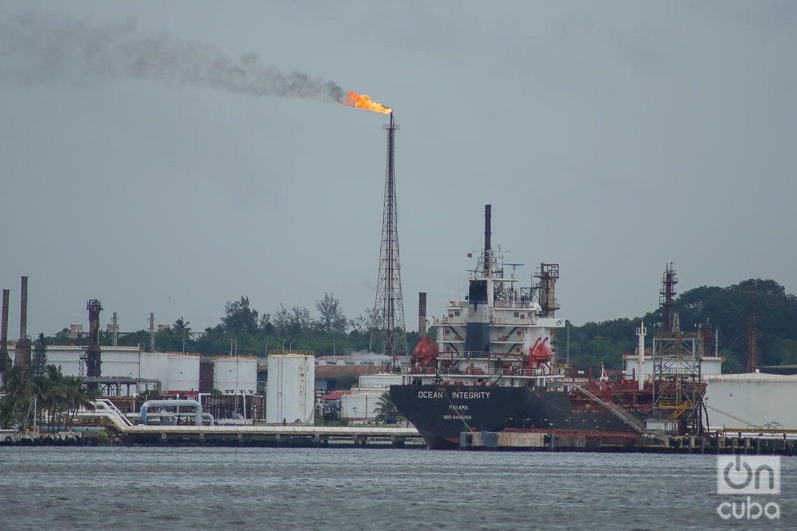 Vista desde la lanchita, en el mar, de un barco petrolero en la bahía de La Habana. Foto: Otmaro Rodríguez.