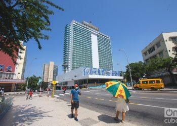 El Hotel Habana Libre, otrora Havana Hilton, que marca uno de los límites de La Rampa habanera, fue considerado en su momento uno de los más suntuosos de América Latina. Foto: Otmaro Rodríguez.