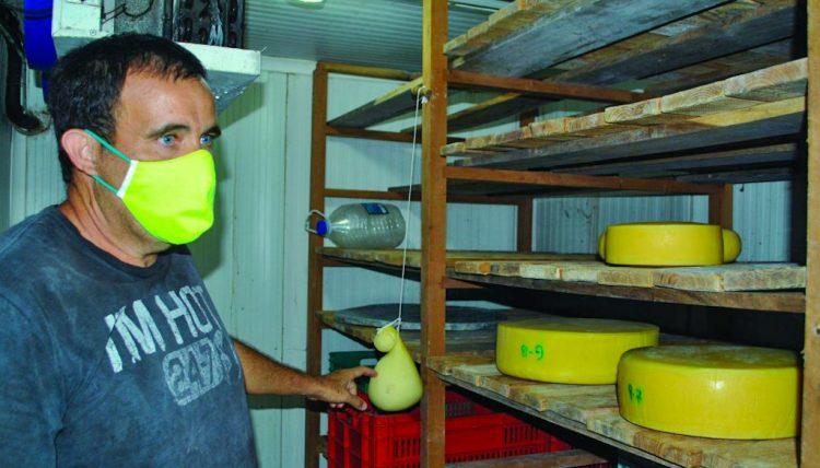 """El campesino cubano Raúl Abreu, conocido como """"El Rey del Queso"""", en su fábrica artesanal en la provincia de Artemisa. Foto: artemisadiario.cu"""