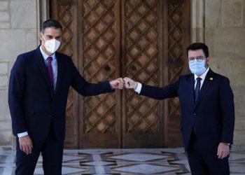 El primer ministro español, Pedro Sánchez, y el presidente regional catalán, Pere Aragonès, a la derecha, se reúnen en la sede de la Generalitat de Cataluña en Barcelona, España. Foto: Joan Mateu Parra/AP.