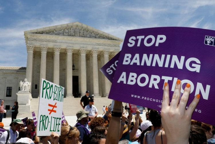 Activistas por el derecho al aborto se manifiestan frente a la Corte Suprema de Estados Unidos en Washington, D.C. Foto: Kevin Lamarque/Reuters.