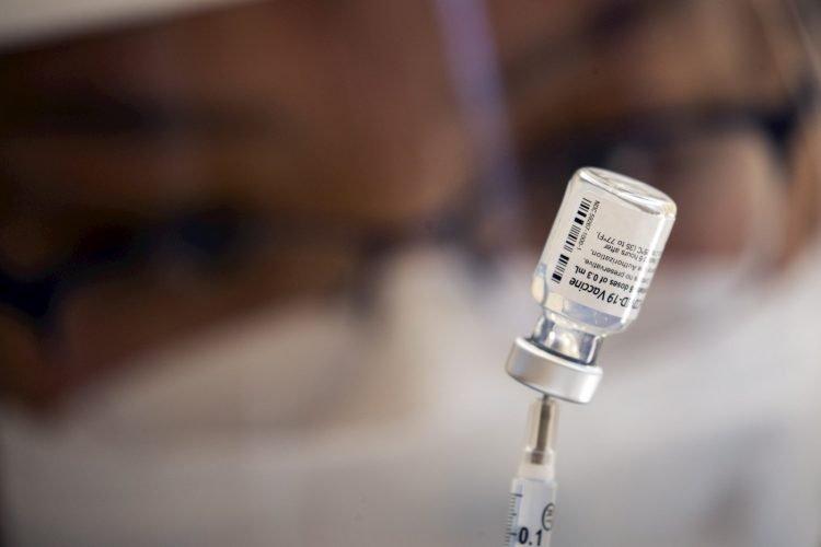 Vista de una dosis de la vacuna contra la covid-19 de Pfizer, el 10 de septiembre de 2021. Foto: EFE/Etienne Laurent.