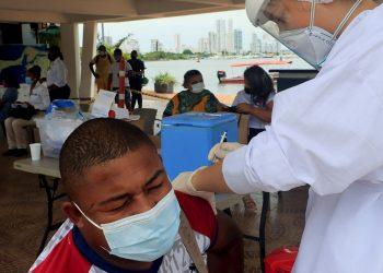 Un hombre recibe una dosis de la vacuna contra la covid-19 hoy, en Cartagena (Colombia). Foto: EFE/ Ricardo Maldonado Rozo/Archivo.