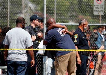 390 / 5000 Resultados de traducción La gente se abraza afuera de Heritage High School mientras la policía está en la escena respondiendo a un incidente de tiroteo el lunes 20 de septiembre de 2021 en Newport News, Virginia. Foto: AP.
