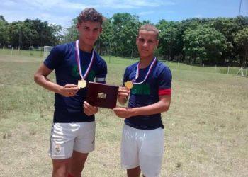 York y John González Buchana, futbolistas nacidos en Minas, Camagüey. Foto: periódico Adelante.