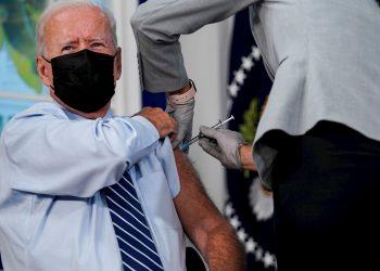 El presidente de EE.UU., Joe Biden, recibe una vacuna de refuerzo contra la covid-19, en el Edificio de la Oficina Ejecutiva Eisenhower, en Washington (EE.UU.), el 27 de septiembre de 2021. Foto: Ken Cedeno/ EFE/ Pool.