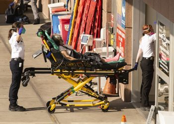 Un enfermo de la COVID-19 es trasladado a un hospital en EE.UU. Foto: Etienne Laurent / EFE / Archivo.