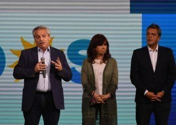Alberto Fernández, acompañado de Cristina Fernández y Sergio Massa, después de los resultados. Foto: Télam.