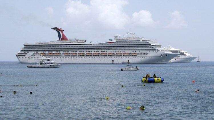 La industria de cruceros del sur de Florida logró imponerse a la prohibición del gobernador DeSantis de pedir a los pasajeros pruebas de vacunación anticovid. La ley entra en vigor próximamente, pero aun así la industria sigue amenazada multas. Foto: Carnival Cruises / Archivo.