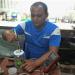 Maykel Suárez Machado ideó un concentrador de oxígeno casero portátil. Foto: Radio Granma.