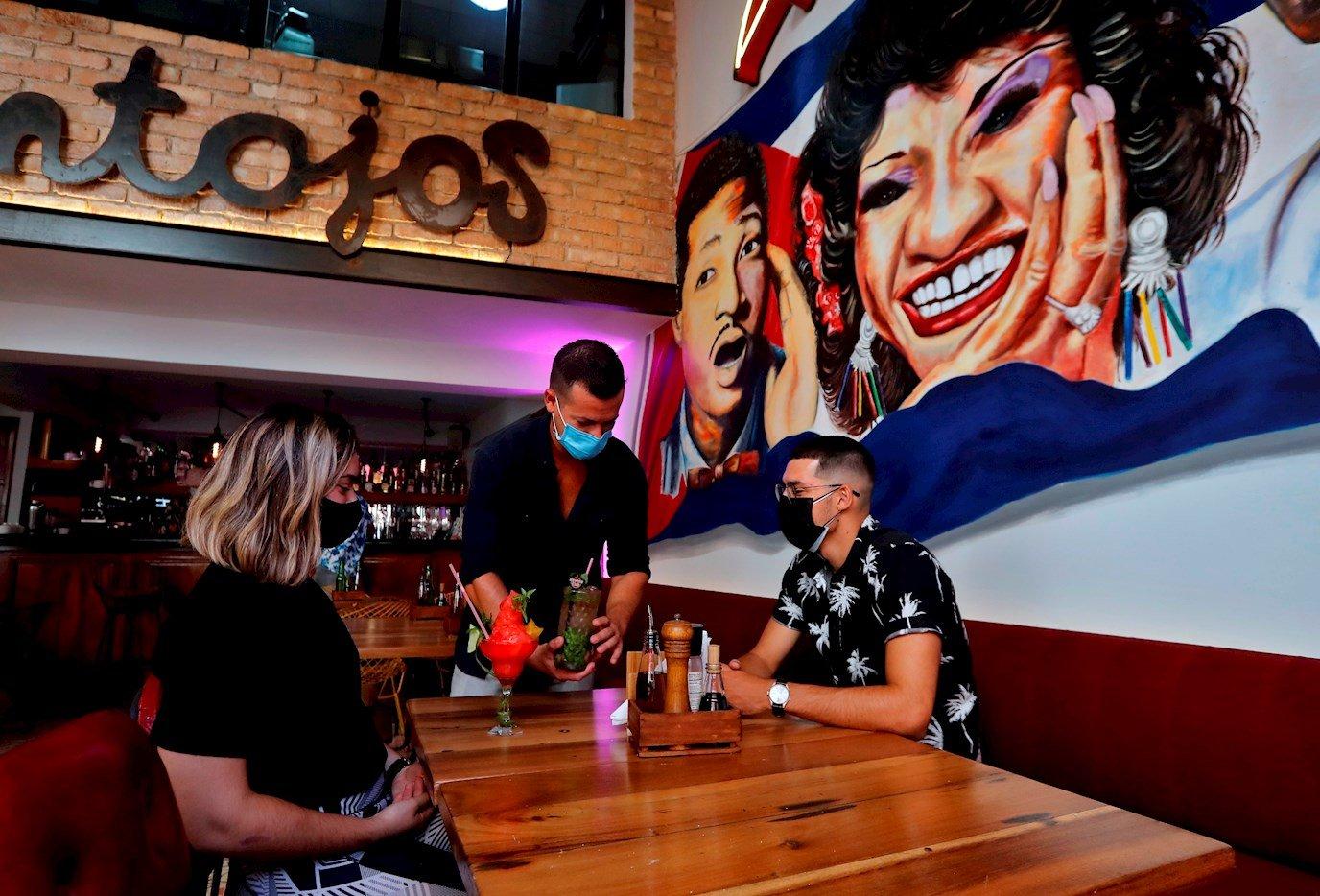 El restaurante Antojos, en La Habana, tras la reapertura de sus servicios en mesa como parte de la nueva desescalada en Cuba. Foto: Ernesto Mastrascusa / EFE.